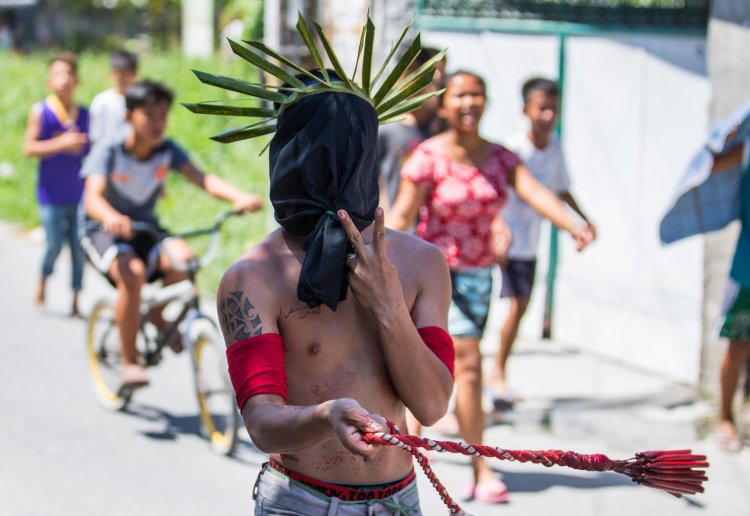 Filipino penitents self flagellating on Good Friday