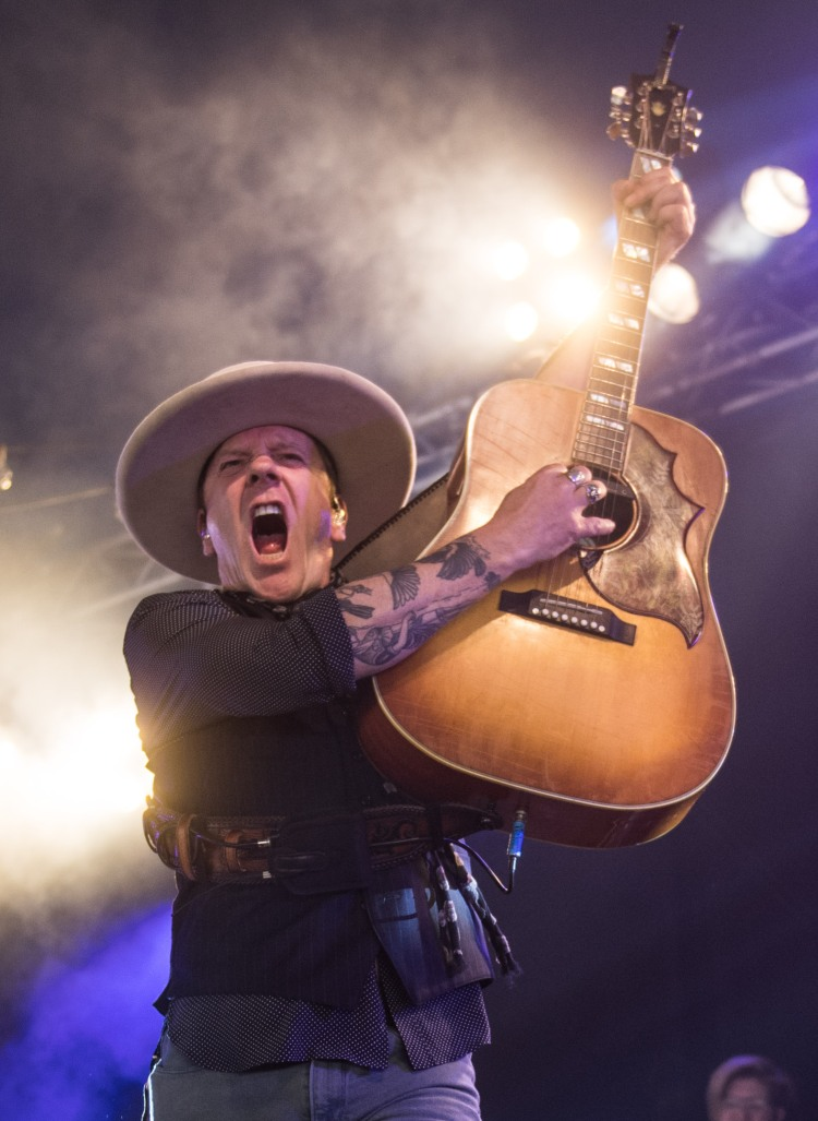 Kiefer Sutherland performing on the Avalon Stage